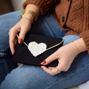 Pochette enveloppe cœur blanc velours